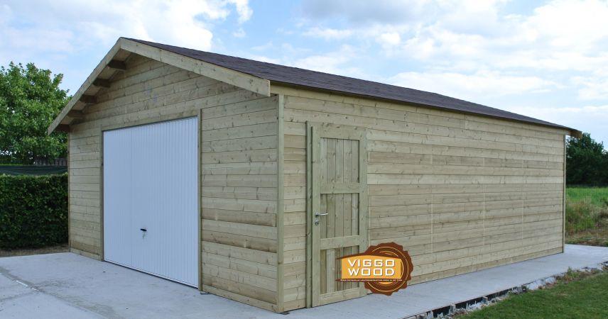Garage met houten brede poort